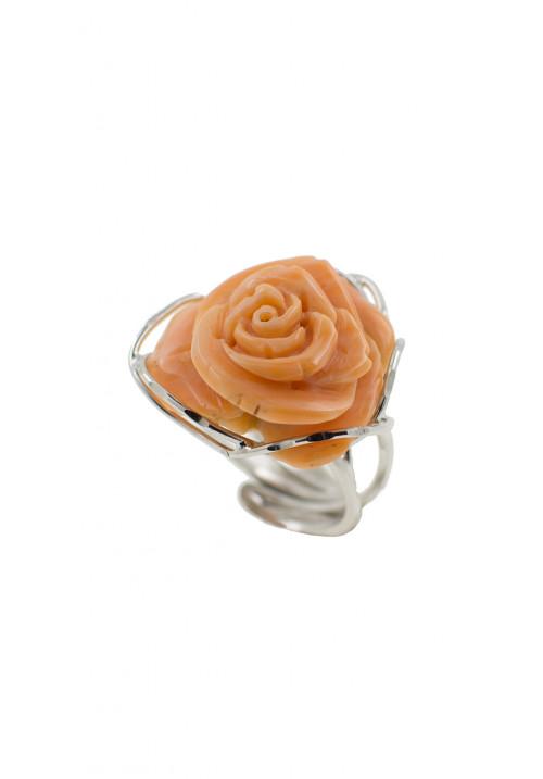 Anello in argento con corallo rosa salmone inciso a mano